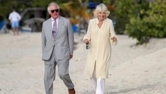 Foto: Príncipe Carlos y su esposa Camila en la playa durante su visita oficial a Granada el 23 de marzo de 2019 (Getty Images)
