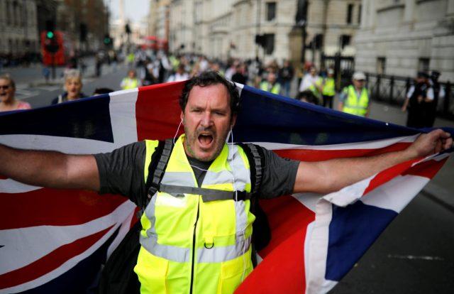 Foto: Un manifestante de chaleco amarillo pro-Brexit se manifestó en Londres, Gran Bretaña, el 30 de marzo de 2019 (Reuters)