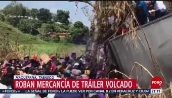 FOTO: Roban mercancía de tráiler volcado en Macuspana, Tabasco, 24 Marzo 2019