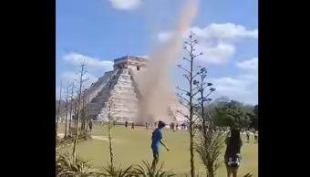 Torbellino sorprende a visitantes en Chichén-Itzá