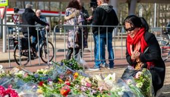 Foto: Una mujer asiática lloran en el memorial donde tuvo lugar el ataque en Utrecht, Países Bajos, 28 marzo 2019