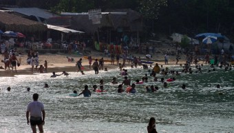 Foto: Miles de personas disfrutan del mar y la arena en las playas en Oaxaca marzo 18 de 2019 (Cuartoscuro)