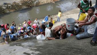 Foto: Venezolanos recogen agua contaminada, 11 de marzo de 2019, Caracas, Venezuela