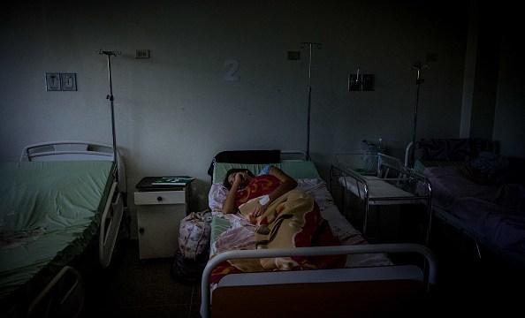 Foto: Una mujer enferma es atendida en un hospital de Venezuela. 10 marzo 2019