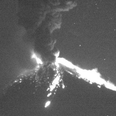 Volcán Popocatépetl registra explosión con salida de material incandescente