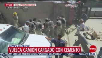 Vuelca camión cargado con cemento en Tlalnepantla, Edomex