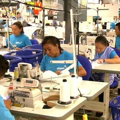 Manos mayas elaboran uniformes de la NASA