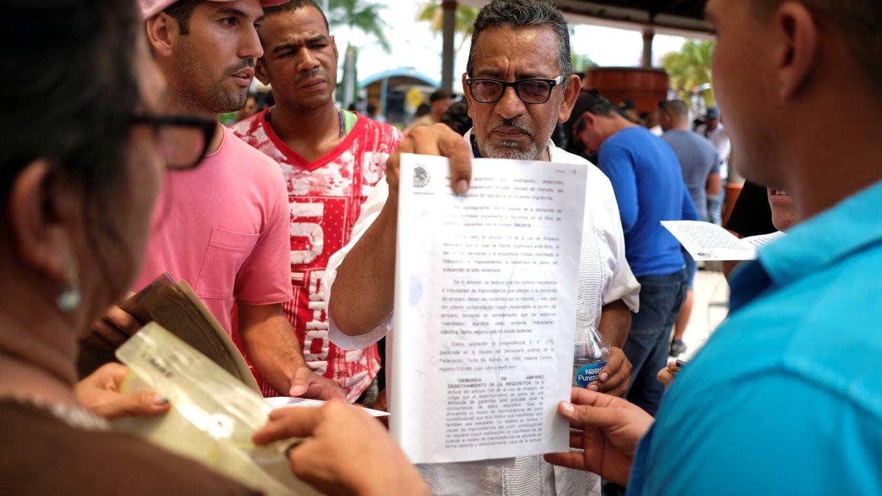 Migrantes cubanos son estafados en Tapachula; 'abogados' les cobran por tramitar falsos amparos