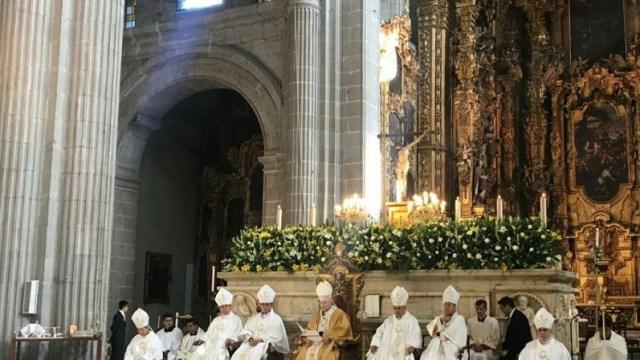 Foto: El cardenal Carlos Aguiar Retes, Arzobispo Primado de México realiza misa en la Catedral Metropolitana, abril 21 de 2019 (Twitter: @INBGuadalupe/archivo)