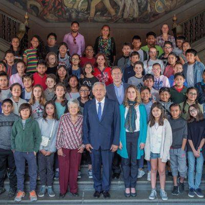 AMLO recibe a su hijo y sus compañeros de escuela en Palacio Nacional