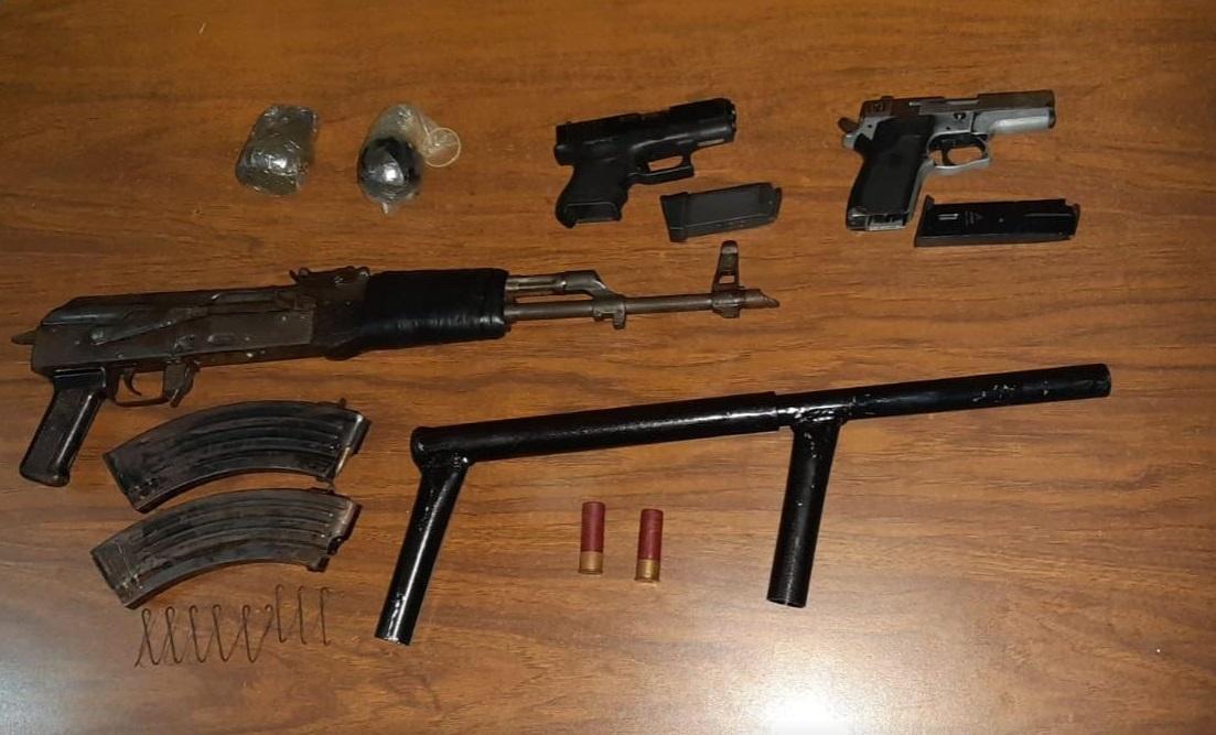 Foto: Presuntos integrantes de la pandilla 'Barrio 18' son detenidos con diversas armas de fuego durante un operativo en Tapachula, Chiapas, abril 20 de 2019 (Foto: fge.chiapas.gob)