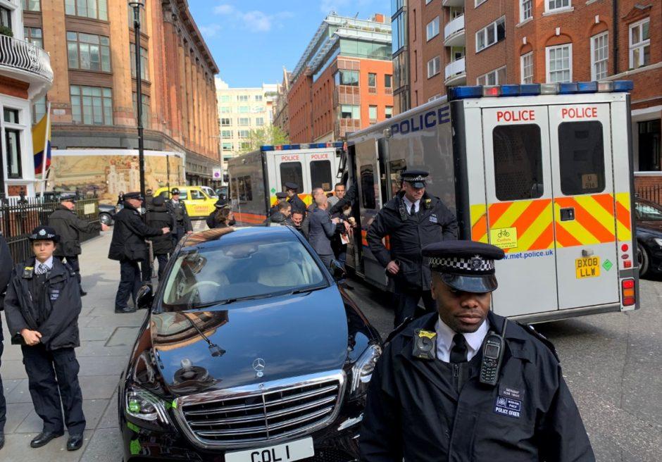 Foto: La Policía Metropolitana durante el arresto del fundador de WikiLeaks, Julian Assange, es puesto bajo custodia en Londres, abril 13 de 2019 (Reuters)