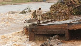 FOTO Bebé nace en árbol, su madre se refugiaba de la inundación de su comunidad, provocada por el ciclón Idai (AP 18 marzo 2019)