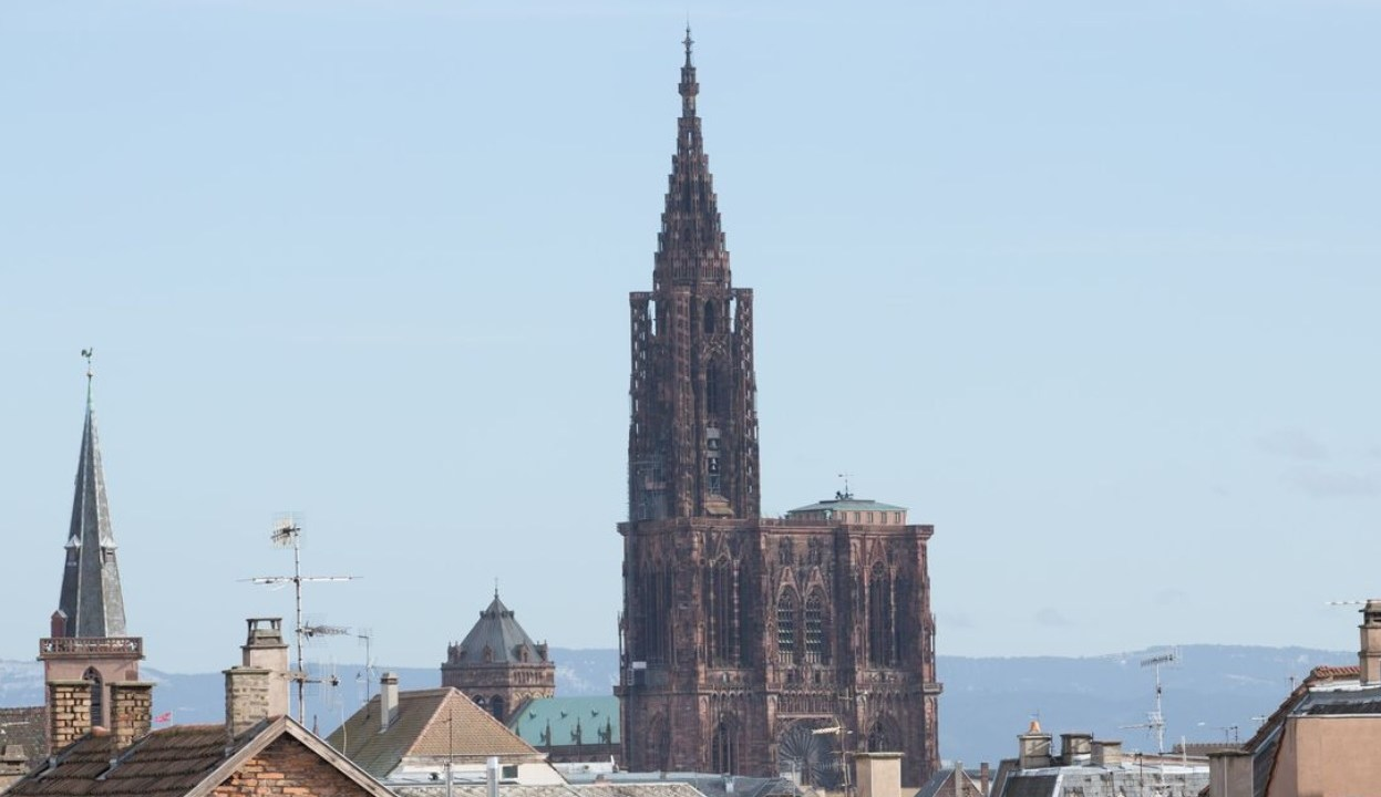 Francia: Dron queda atrapado en la aguja de la catedral de Estrasburgo