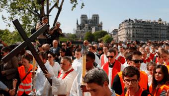 Foto: Celebran Vía Crucis en los alrededores de Notre Dame, 19 de abril de 2019, Francia
