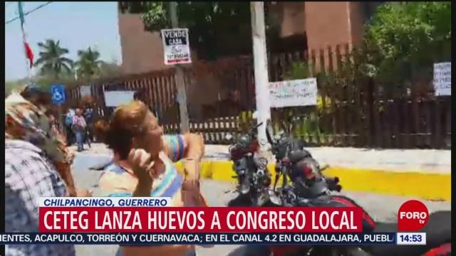 Foto: CETEG lanza huevos al Congreso local