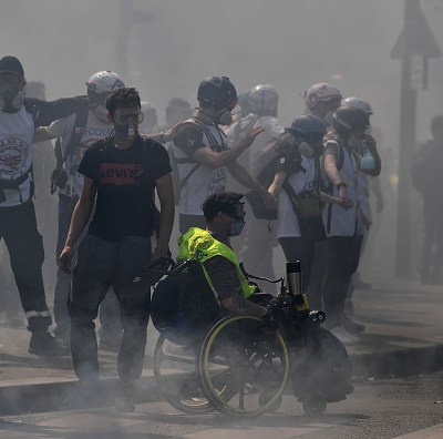 Disturbios entre radicales y policía en la protesta de 'chalecos amarillos' en París