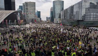 fOTO: Integrantes del movimiento chalecos amarillos se reúnen en el Arco de la Defensa, en París