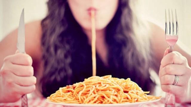 Esto le pasa a tu cuerpo cuando comes demasiado rápido