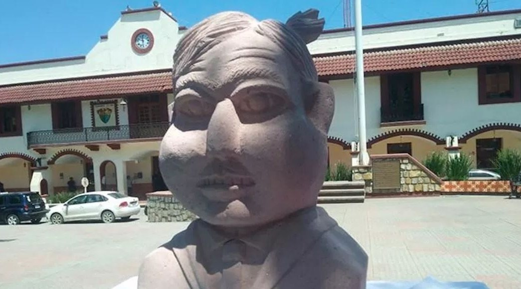Creador de escultura de Benito Juárez hace una de AMLO