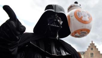 Imagen: Un globo de BB-8 flota detrás de una persona usando un traje de Darth Vader durante el Balloon Day Parade, Bruselas, Bélgica, el 27 de abril de 2019 (Reuters, archivo)