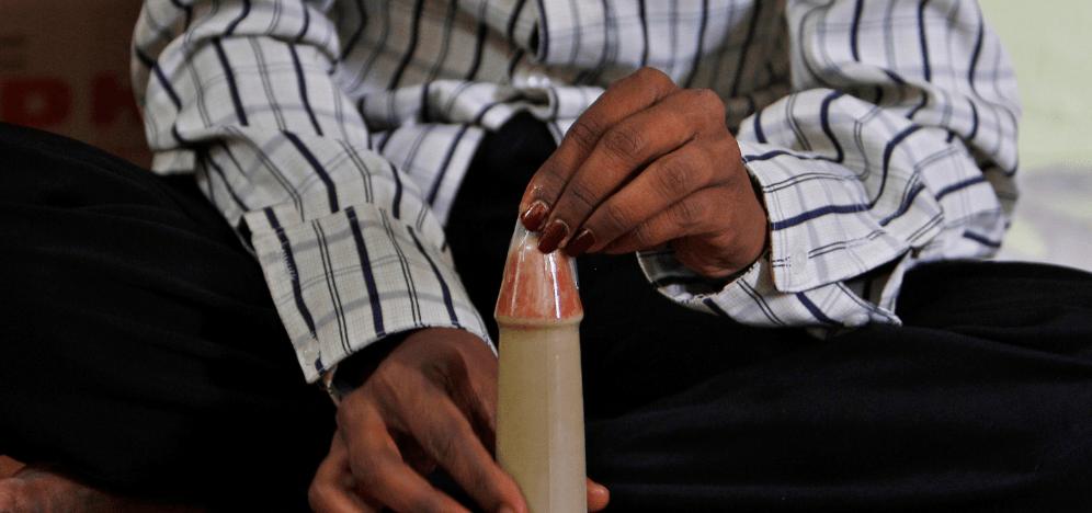 FOTO La educación sexual es indispensable, dice AMLO (AP 11 oct 2011 india)