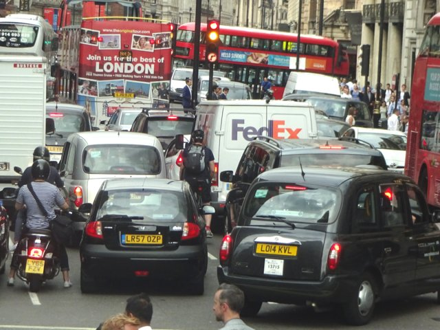 En el centro de la ciudad de Londres están vetados los automóviles particulares. Aún así, esta ciudad tiene la sexta posición en el listado (Shutterstock)