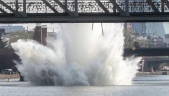 Foto: Realizan espectacular explosión de una bomba de la Segunda Guerra Mundial de Estados Unidos en Frankfurt, Alemania, abril 14 de 2019 (Waz.de)