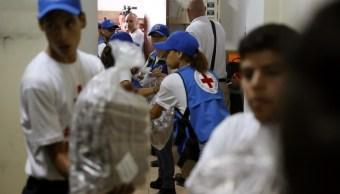 Foto: Trabajadores de la Cruz Roja de Venezuela entregan ayuda humanitaria en un hospital en Caracas. El 17 de abril de 2019