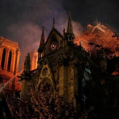 Bomberos de París aseguran que 'está a salvo' la estructura de Notre Dame