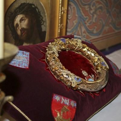 La Corona de Espinas de Jesús y la Túnica de San Luis sobreviven a incendio de Notre Dame