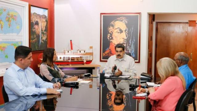 Foto: El presidente de Venezuela, Nicolás Maduro, habla con los nuevos integrantes del Ministerio de Energía Eléctrica. El 1 de abril de 2019