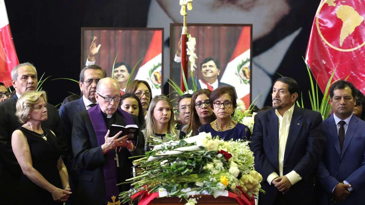 Foto: Familiares y amigos se reúnen alrededor del ataúd del expresidente peruano, Alan García, en la ciudad de Lima. El 18 de abril de 2019