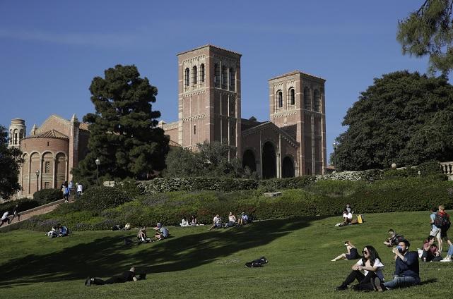 Foto: Estudiantes sentados en el césped del Royce Hall en Universidad de California en Los Ángeles, EEUU. El 25 de abril de 2019