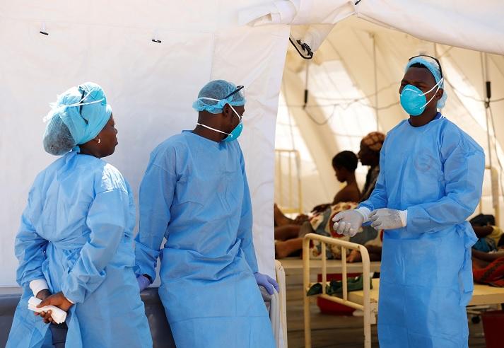 """Foto: Personal médico atiende un centro contra cólera en Beira, Mozambique, tras el paso del ciclón """"Idai"""". El 29 de marzo de 2019"""