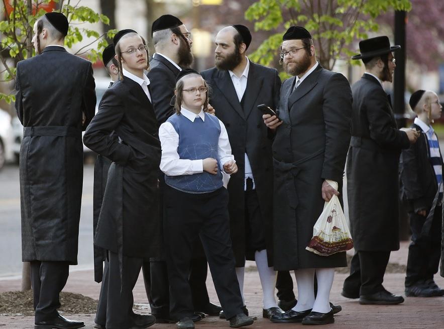 Foto: Judíos ultraortodoxos se vistieron para la fiesta de la Pascua, fuera del Centro para las Artes Escénicas de Nueva Jersey (NJPAC) en EEUU. El 24 de abril de 2019