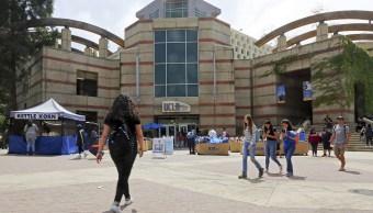 Fotos: Estudiantes caminan por el campus de la Universidad de California en Los Ángeles, EEUU. El 26 de abril de 2019