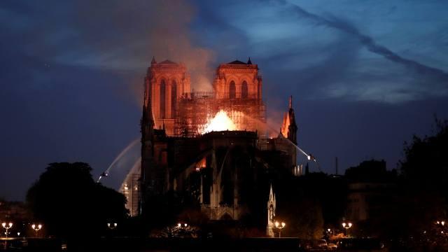 Foto: Bomberos combaten el incendio en la catedral de Notre Dame, en París, Francia. El 15 de abril de 2019