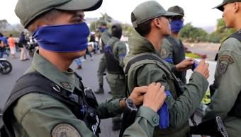 Foto: Militares venezolanos se cubren el rostro cerca de la base aérea del Generalísimo Francisco de Miranda en Caracas. El 30 de abril de 2019