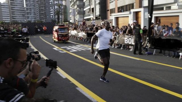 Foto: El velocista jamaicano Usain Bolt compite contra mototaxi en Lima, Perú. El 2 de abril de 2019