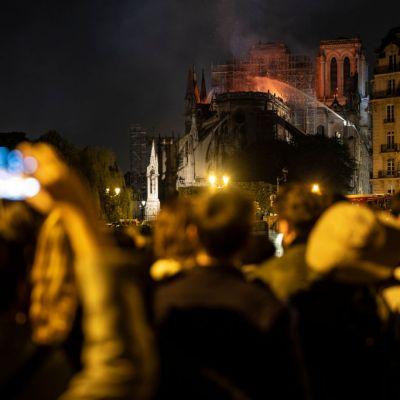 Video: Parisinos entonan el 'Ave María' ante catástrofe en Notre Dame