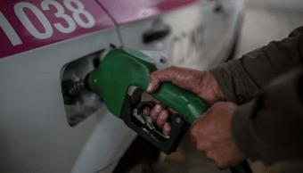 Foto: Hombre cargando gasolina en México, 31 de diciembre de 2016, Ciudad de México