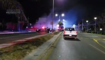 Sujetos armados disparan y prenden fuego a lote de autos en Cancún