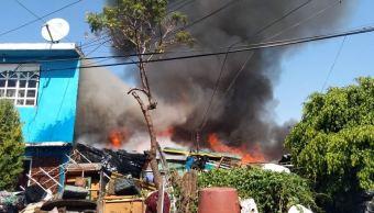 Foto: Un fuerte incendio consumió varias viviendas con techos de lámina dentro de un predio en la colonia El Chamizal, 20 abril 2019