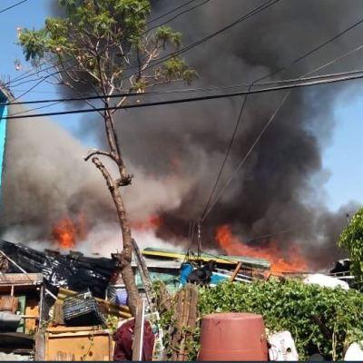 Dos lesionados por fuerte incendio en un predio en El Chamizal, Edomex