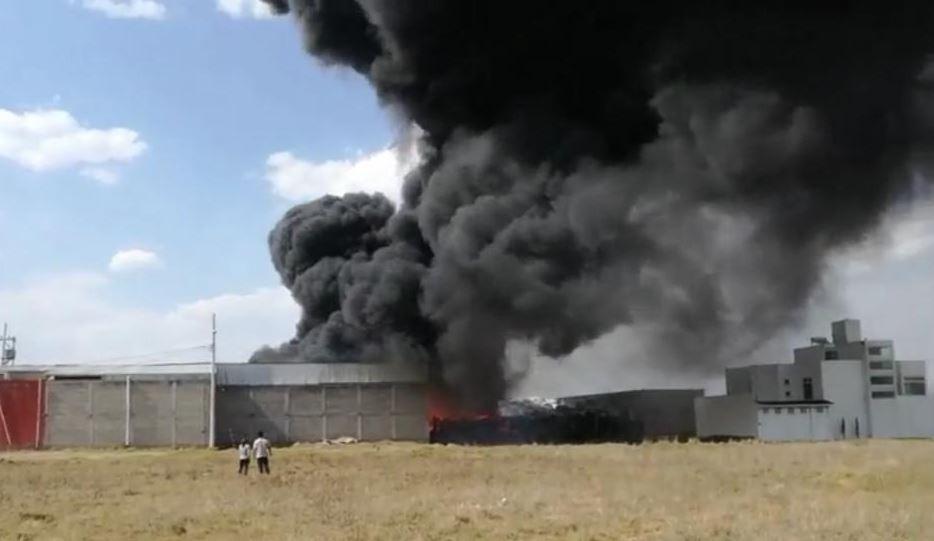 Incendio consume fábrica recicladora de plástico en Toluca