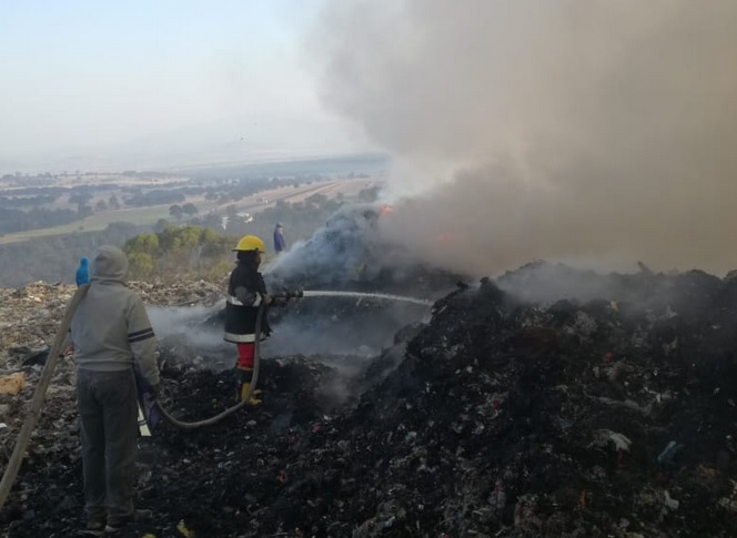 Foto: Incendio en relleno sanitario en Tlaxcala, 16 de abril 2019. Twitter @CES_TLX