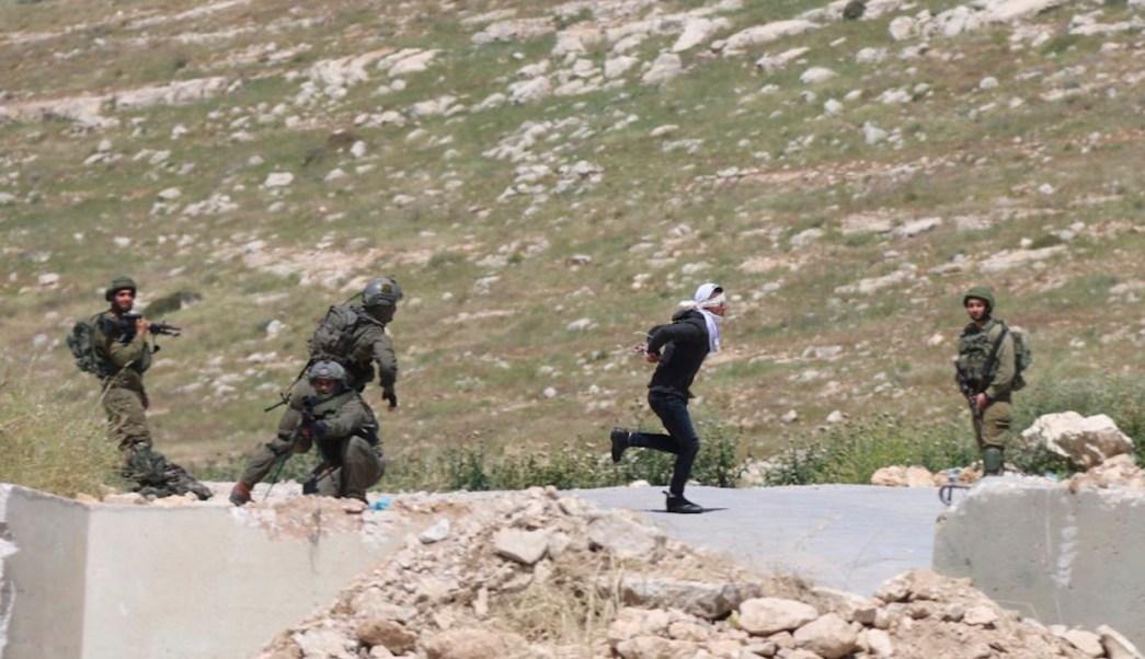 Palestino-adolescente-soldados-israelies-ojos-vendados-maniatado