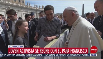 Joven activista ambiental saluda al papa
