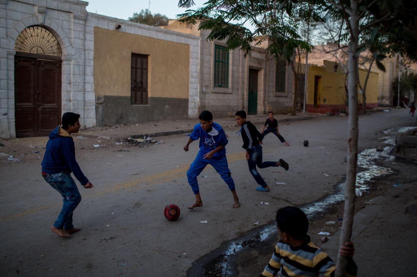 Jugar deportes populares y que requieran trabajo en equipo mejora aún más la salud mental al propiciar relaciones saludables (GettyImages Archivo)